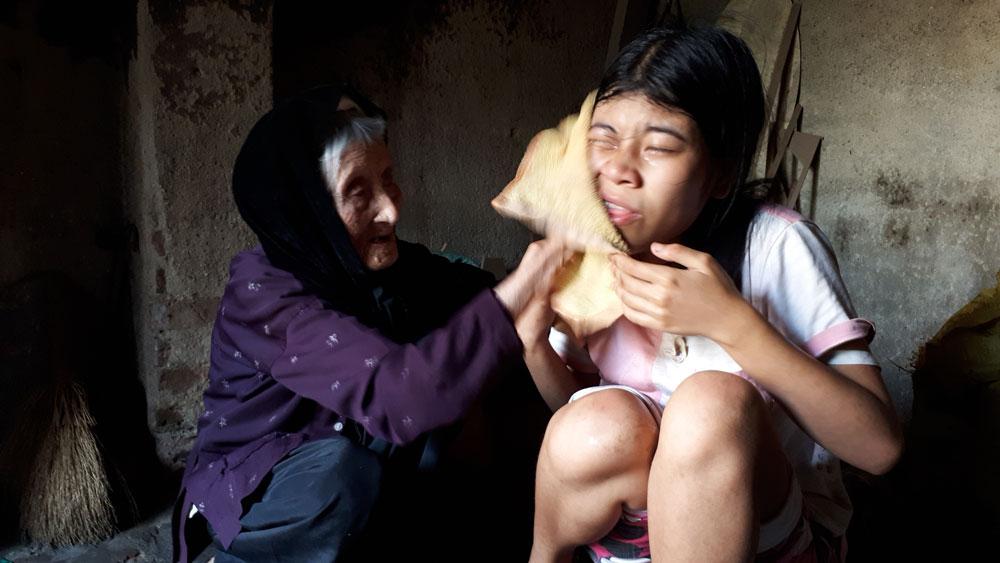Cụ già 91 tuổi nuôi con cháu bệnh tật cần giúp đỡ